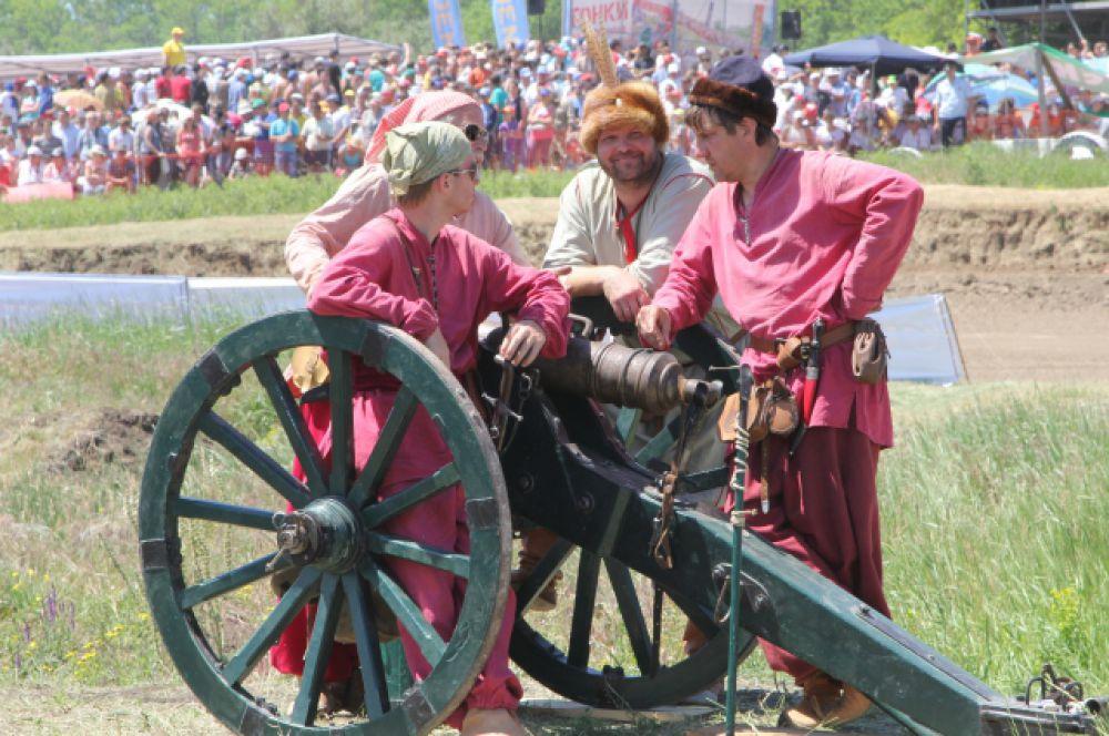 Перед каждым новым этапом казаки стреляют из пушки.