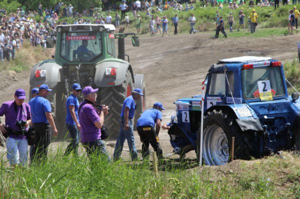 Под аплодисменты поломанный трактор эвакуируют.