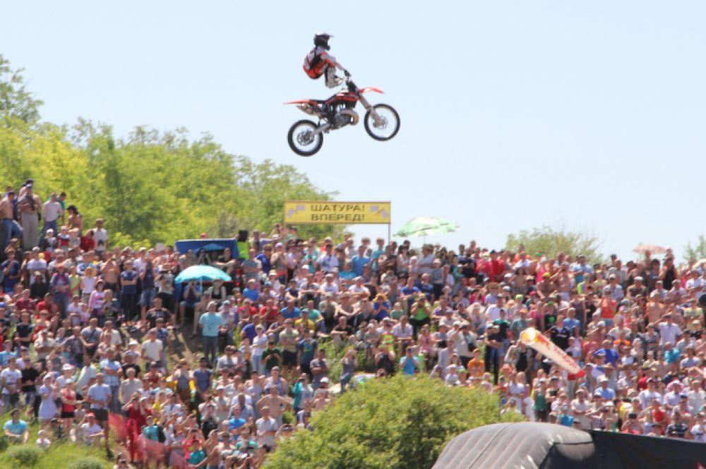 Публики пришлось по душе выступление фристайлеров на мотоциклах.