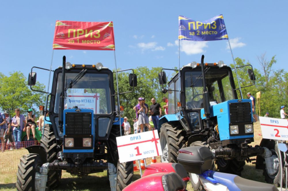 За 1-е и 2-е места вручались трактора. За 13 лет соревнований в них приняли участие более 200 механизаторов. Лучшим гонщикам подарено 24 трактора, десятки сельхозорудий и сотни других призов.
