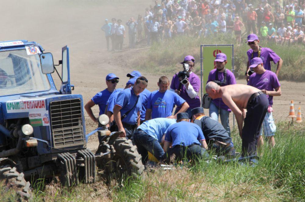 Номера 16 положили на землю и оказывают ему первую помощь.