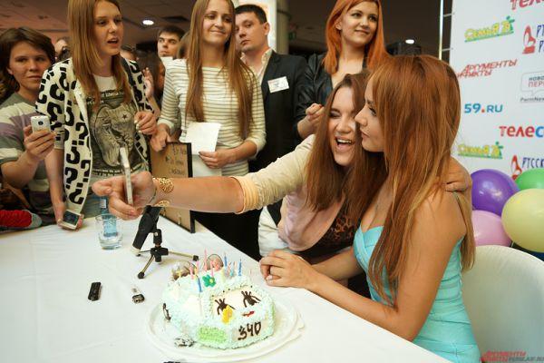 Чуть позже на автограф-сессии поклонники поздравили певицу с наступающим Днем рождения, вручив торт с 18 свечами, символизирующими «настоящий возраст исполнительницы».