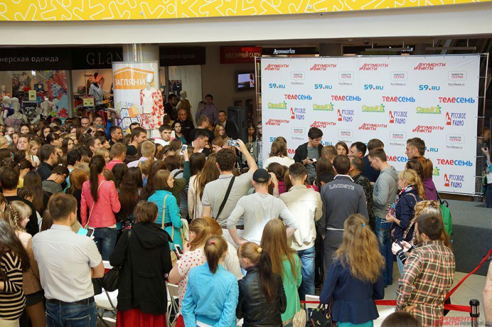 Около 500 фанатов пришли встретить певицу в торговом центре.