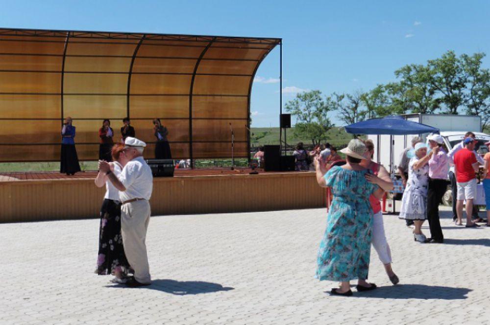 Приехавших на фестиваль развлекали самодеятельные коллективы.