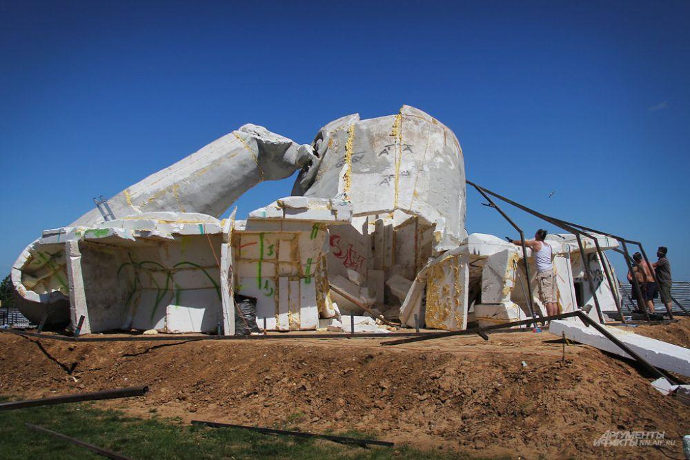 Скульптура выкрашена в цвет бетона, земляная мантия изготовлена из деревянного крепления