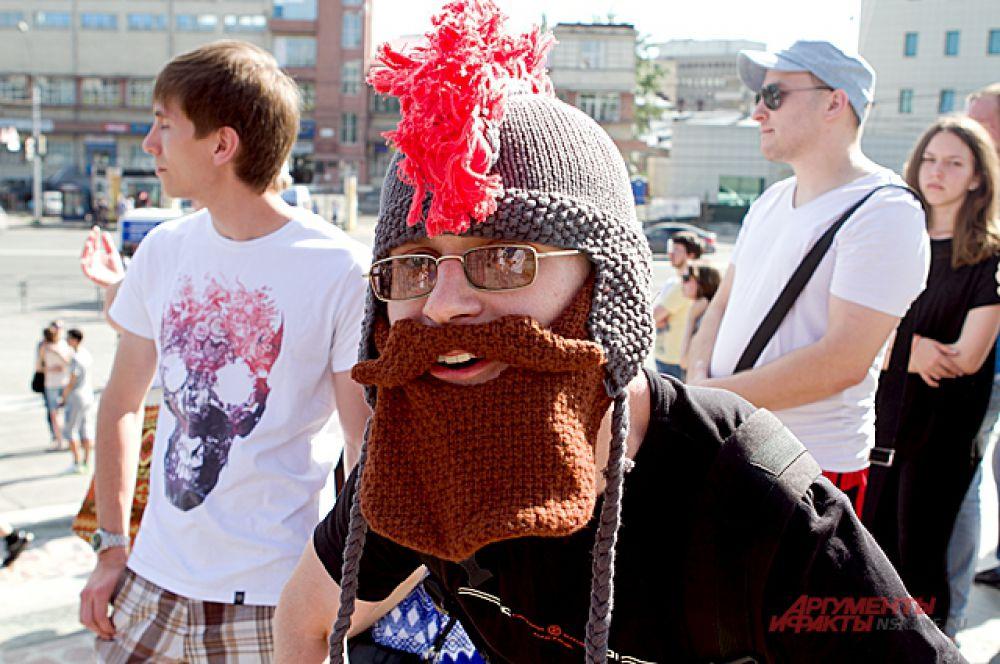 Или человек в забавной шапко-бороде.