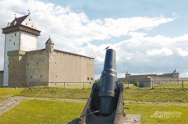 Мортира эпохи Северной войны возле Нарвского замка развёрнута в сторону России. К счастью, пушки на этой границе пока молчат, и у соседних городов по-прежнему много общего.