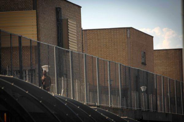 Писториус выходит на свободу раньше положенного срока на 4 года. И это при том, что в тюрьме он содержался в привилегированных условиях: в одиночной камере в госпитальном крыле тюрьмы, с собственным туалетом. Тюремная администрация хотела даже построить личный душ для Писториуса, но отказалась от этих планов из-за возмущения заключенных, заявивших, что спортсмену создаются особенные условия.