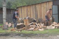 Привезённые дрова нужно расколоть и сложить в поленницу.