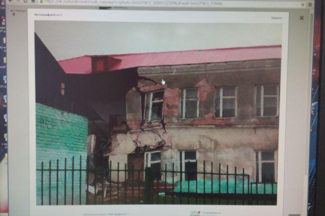 Стена школы рухнула из-за трещин.