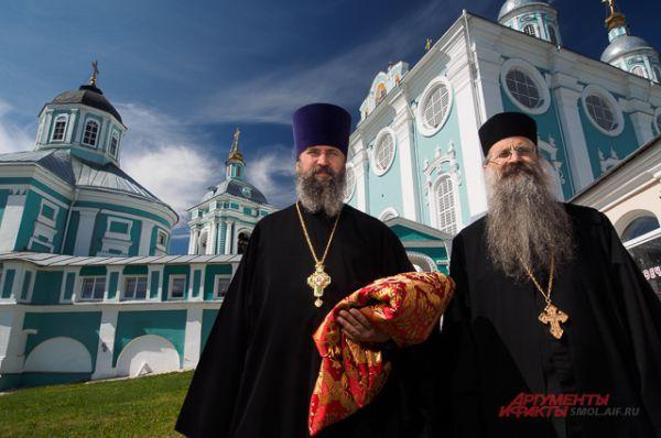 Афонские монахи, доставившие святыню в Смоленск.