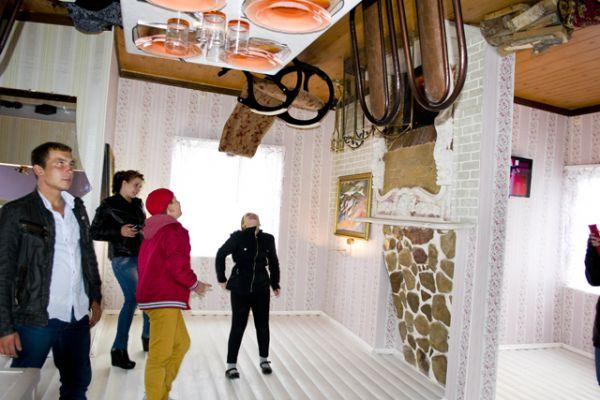 Дом-перевертыш у ТРК «Европа Сити Молл» открылся в сентябре 2014 года. Вся мебель и предметы быта в небольшом коттедже подвешены к потолку вверх ногами.