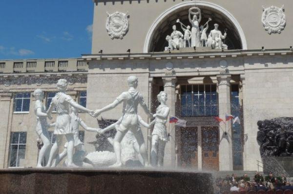 Фонтан «Детский хоровод» был установлен на Привокзальной площади в августе 2013 года. На церемонии его открытия присутствовал Владимир Путин. Этот фонтан претендует на звание самой скандальной новой достопримечательности Волгограда: через несколько недель после открытия он начал ржаветь, а собственник конструкции до сих пор не определен.