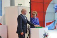 Виктор Назаров и Валентина Матвиенко дают старт форуму.