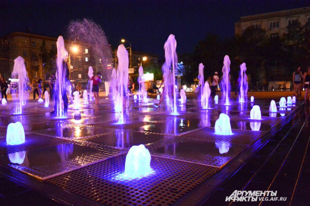 Сухой фонтан на площади Советской был открыт 1 июня 2015 года. Вечером потоки воды подсвечиваются.