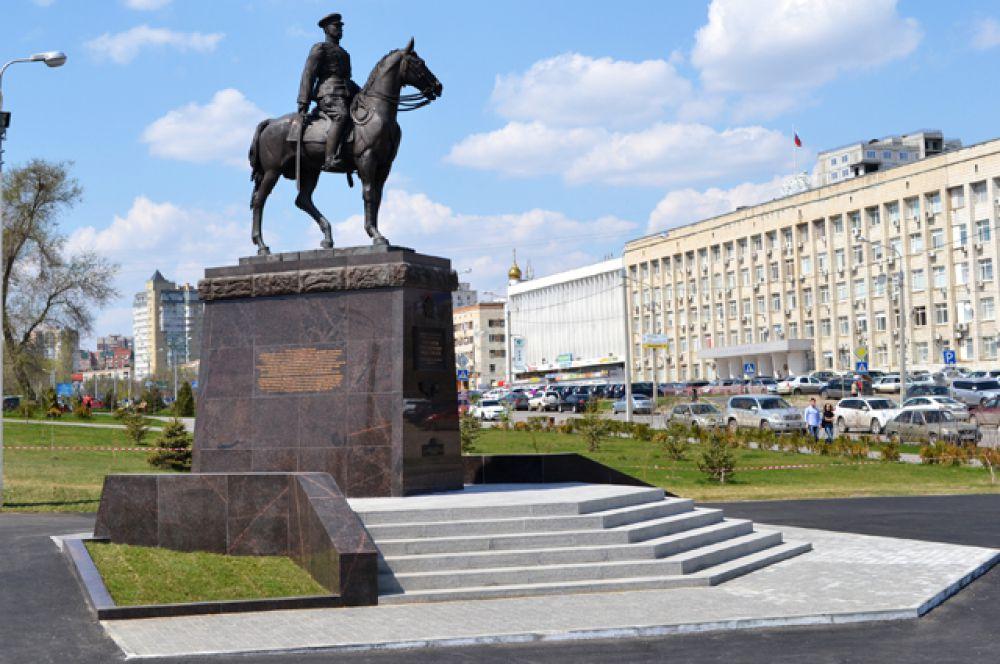 Памятник дважды Герою Советского Союза маршалу Константину Рокоссовскому официально открыли в Волгограде 2 мая 2015 года. Он расположен в парковой зоне на пересечении улиц 7-й Гвардейской и Чуйкова. Маршал изображен на коне в момент командования Парадом Победы. Общая высота памятника - около 7 метров.