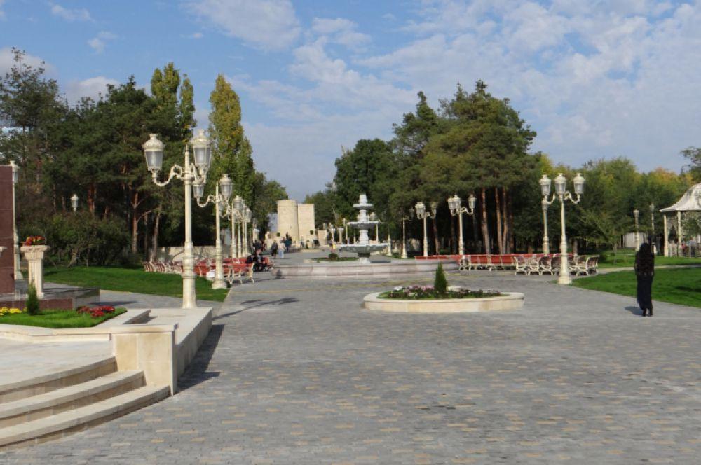 Впервые прогуляться по парку Дружбы Волгограда и Баку горожане смогли осенью 2013 года. С тех пор парк стал больше и еще красивее. Помимо мощеных аллей и фонтанов, на его территории есть площадка для детей с инвалидностью, аттракцион с динозаврами и веревочный городок.