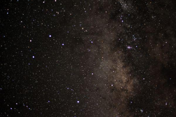 Последним таким шажком «Хаббла» стал впечатляющий по красоте снимок звездного скопления Арки (Arches Cluster). Оно расположено в созвездии Стрельца на расстоянии около 25 тысяч световых лет от Земли, недалеко от центра нашего Млечного пути. Считается, что в Стрельце располагается самая красивая часть Млечного Пути, множество шаровых скоплений, а также тёмных и светлых туманностей.