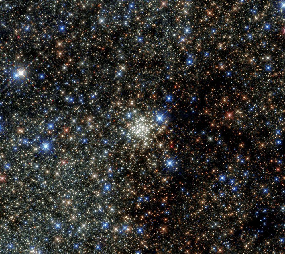 Скопление Арки получило своё название оттого, что на его снимках в рентгеновском диапазоне наблюдаются образования в виде дуг, или арок, представляющих из себя раскаленные до 60 миллионов градусов облака газов.