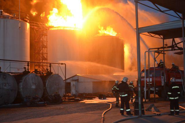 Нанефтебазе под Киевом продолжают выгорать шесть цистерн— ГСЧС