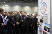 Губернатор Новосибирской области Владимир Городецкий (слева) и зампред Правительства РФ Дмитрий Рогозин (в центре) на мероприятии Технопрома-2015