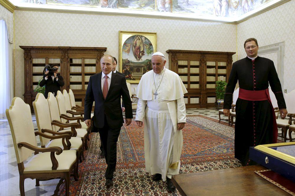 Сообщается, что после беседы с понтификом Путин представил папе Франциску каждого из членов делегации.