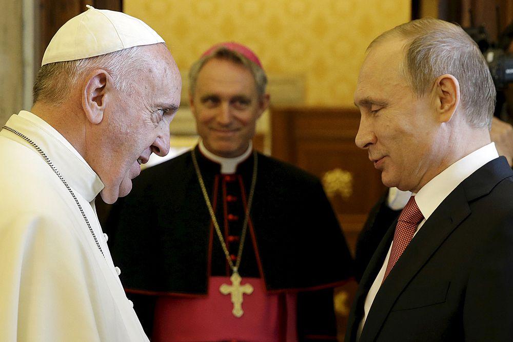 Сам Франциск рассказал о подарке так: «Эта медаль, которая была произведена художником прошлого века, изображает ангела, который приносит и мир, и справедливость, и солидарность, и защищает».
