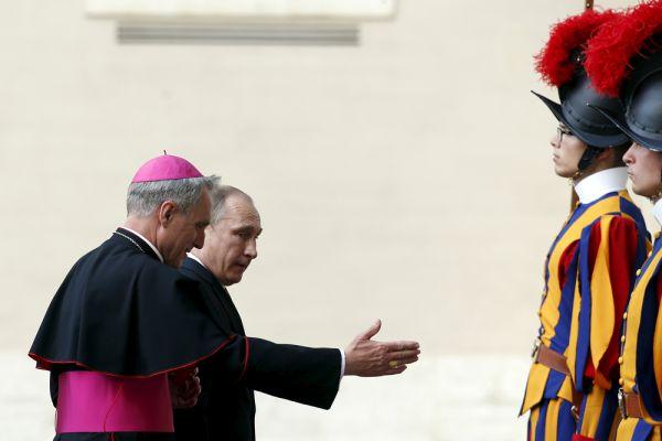 Вчера, 10 июня, Владимир Путин в рамках своего короткого рабочего визита в Италию встретился в Ватикане с папой римским Франциском. Больших сенсаций эта встреча не принесла, но поводов к размышлению дала немало. Приглашение президента России в Ватикан — очевидный знак: папа если и не поддерживает прямо позицию России в нынешней ситуации, то уж по крайней мере никак не считает ее абсолютным злом. В украинском конфликте, как и в других ситуациях, Франциск стремится быть миротворцем. Ранее он несколько раз заявлял, что все стороны этого конфликта должны слушать друг друга и мириться.