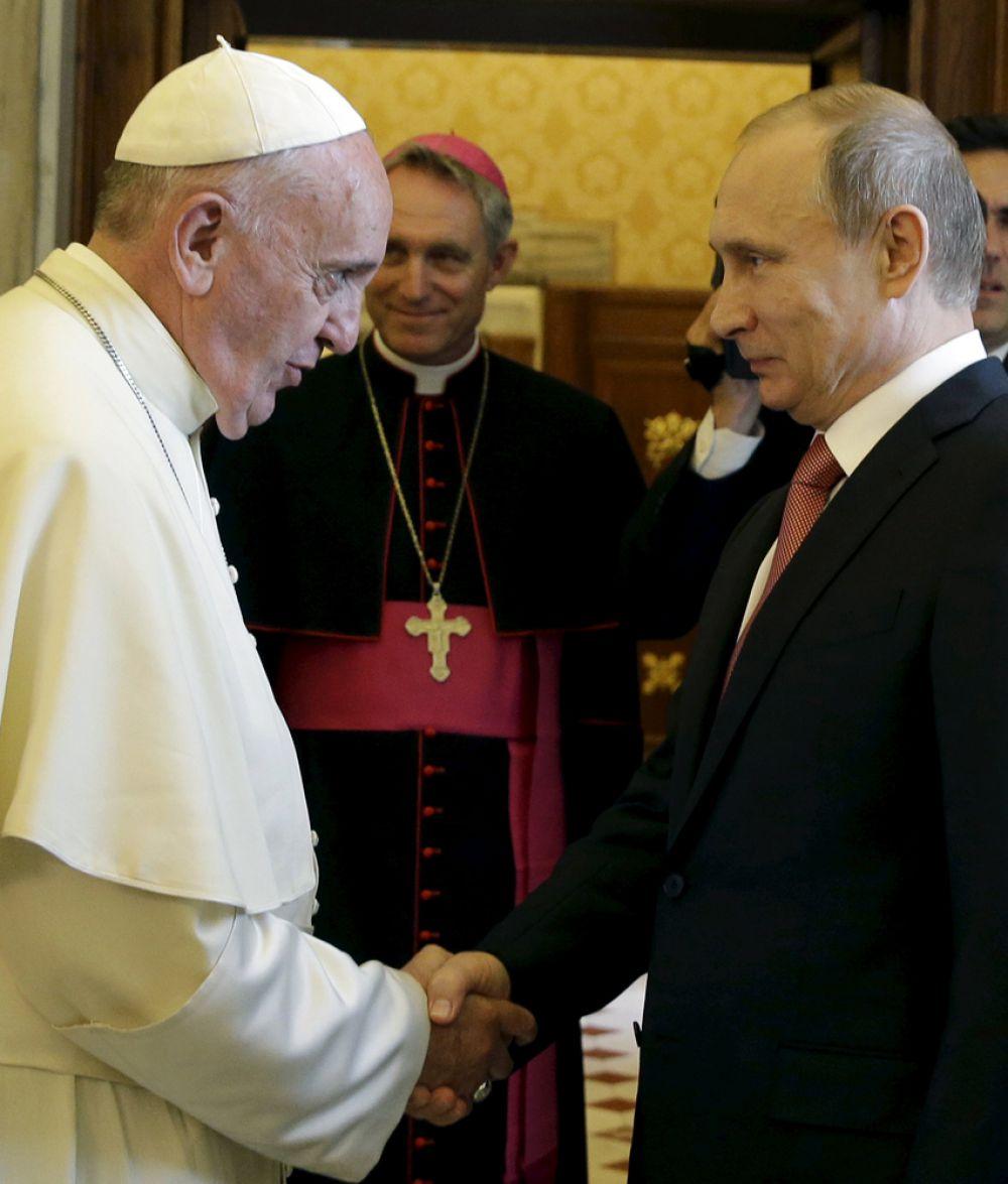 Пресс-секратарь Владимира Путина Дмитрий Песков, впрочем, рассказал, что говорили в числе прочего и «об общечеловеческих и гуманитарных ценностях, которые во многом объединяют и католический мир, и православный, и все религии».