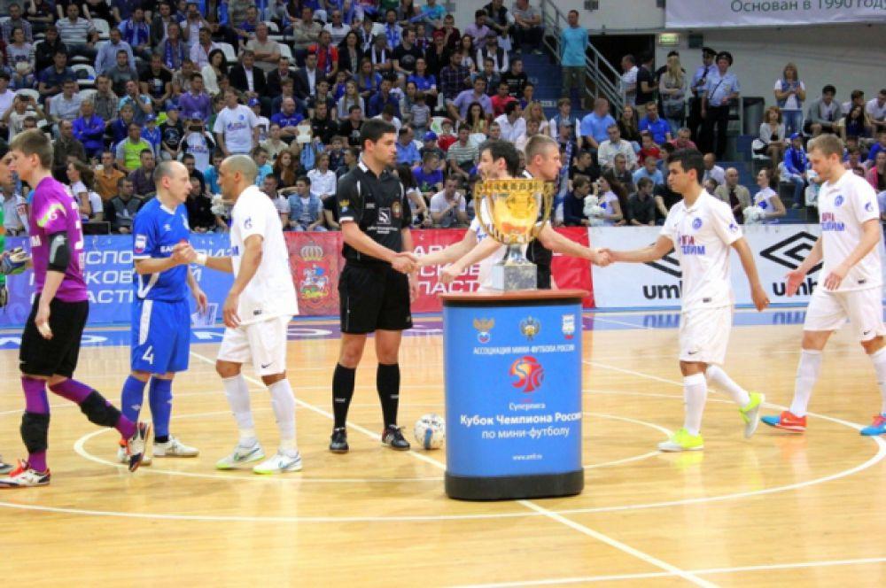Команды приветствуют друг друга перед началом матча.