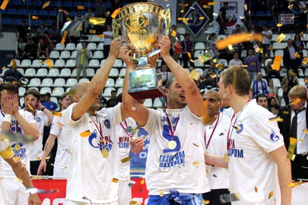 """Игроки """"Газпрома-Югры"""" с главным трофеем в истории клуба."""
