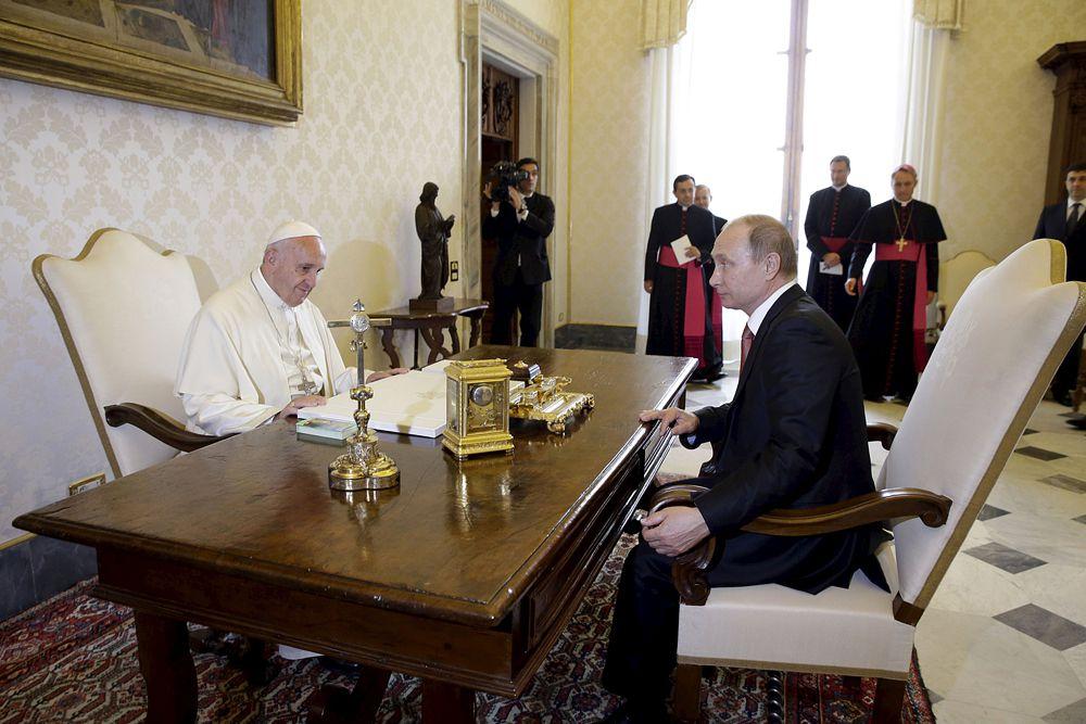 Папа римский Франциск также попросил Владимира Путина передать наилучшие пожелания святейшему патриарху Кириллу.