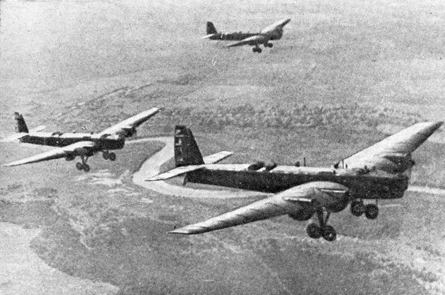 Советские летчики на ТБ-3 - участники национально-освободительной борьбы китайского народа против японских захватчиков (1937-1945). Репродукция снимка 1938 года.
