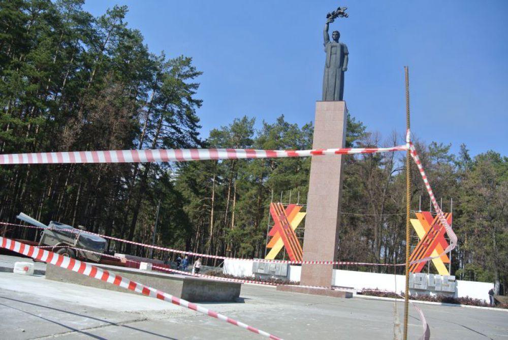 Сделан ремонт пьедестала монумента  «Родина-мать», тротуарной плитки около его подножия. Обновлен барельеф за монументом.