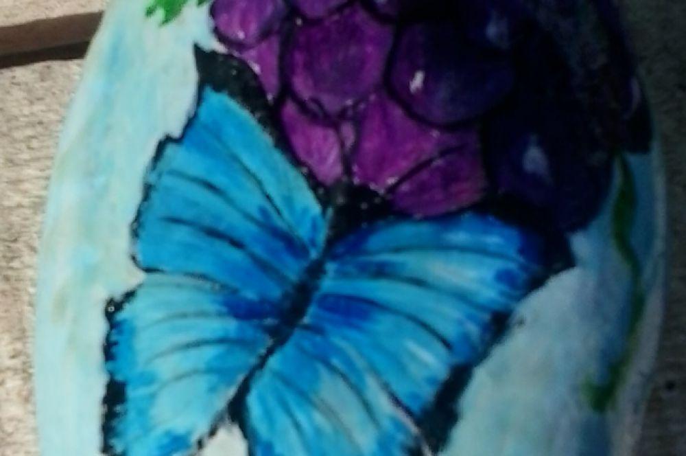 Бабочка на цветке. Роспись по камню.