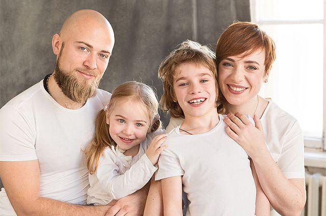 Тутта Ларсен с семьей.