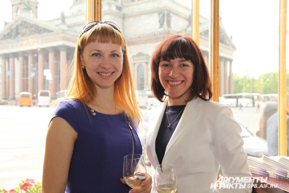 Светлана Ануфриева и Мария Фролова  («Строганофф групп») в холле отеля «Англетер»