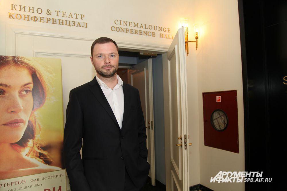 Илья Носков перед входом в кинотеатр Англетера