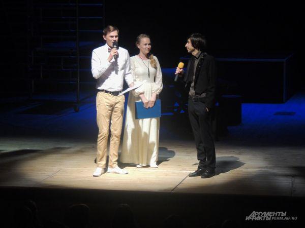 Молодой драматург Ринат Ташимов подходил к зрителям в антракте и слушал их истории о театре, после чего написал свою экспресс-пьесу.