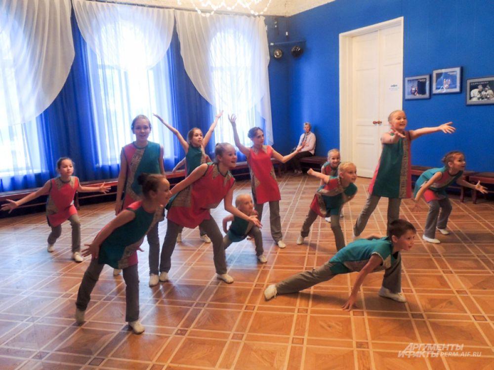 Все желающие могли обучиться в этот вечер танцам.