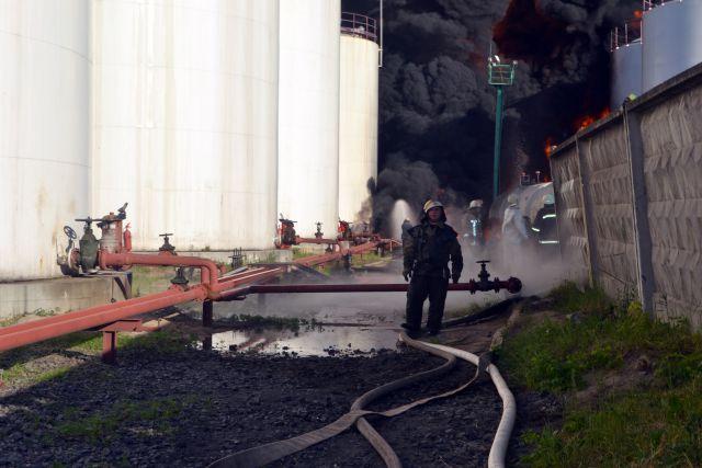 ГСЧС: Нанефтебазе под Киевом произошла утечка топлива изагорелся резервуар