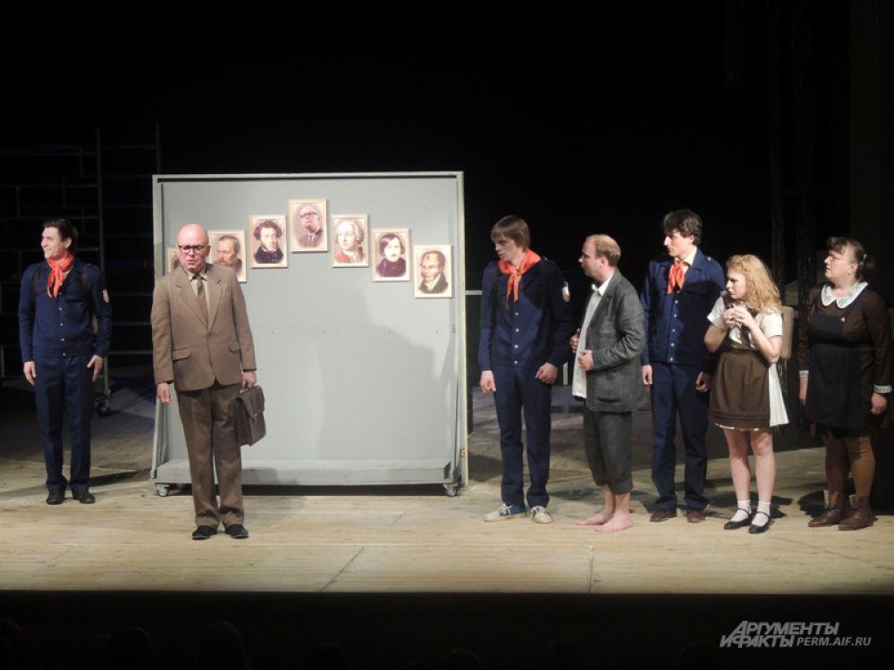 Зрителям показали отрывки из лучших премьер прошедшего года. На фото - фрагмент спектакля «Школа для дураков».