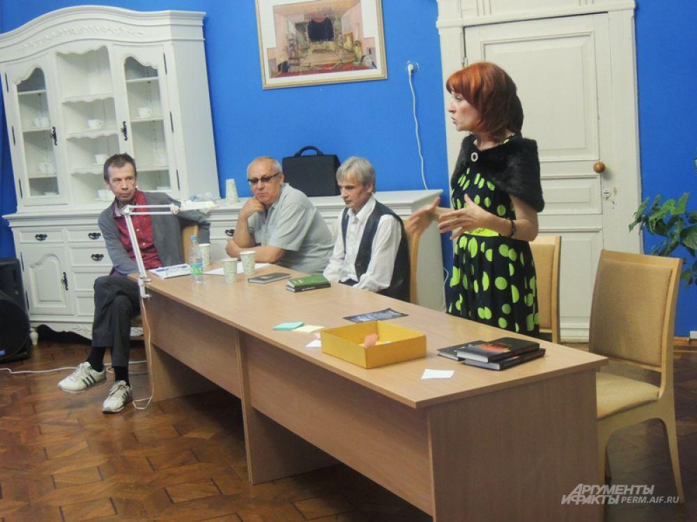 Также в рамках мероприятия работала «Литературная гостиная», где можно было пообщаться с пермскими писателями.