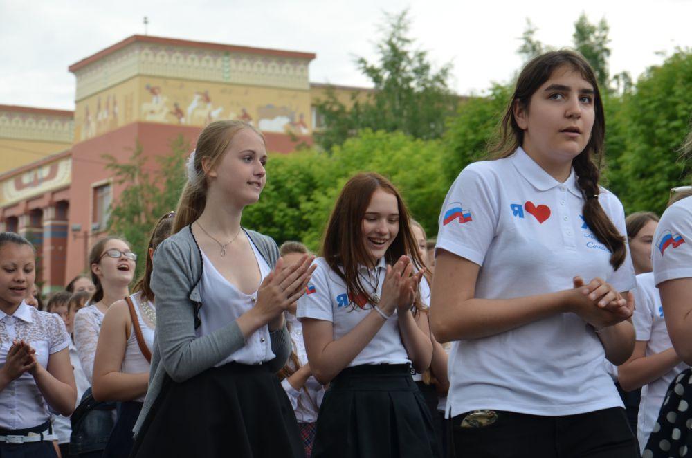 Снова школьники, но уже с патриотической символикой - День России все-таки!