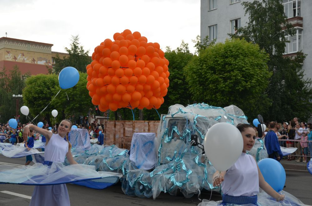 Большой воздушный шар мандаринового цвета