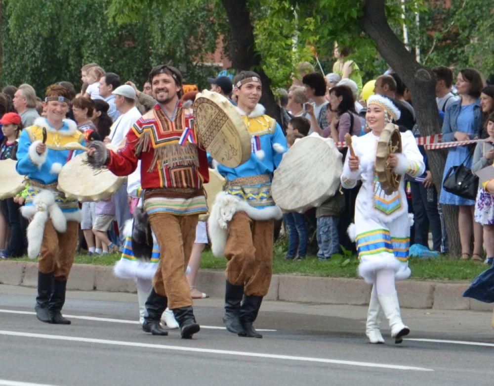 Какой же карнавал без шаманов? Надо кому-то дождь разгонять...