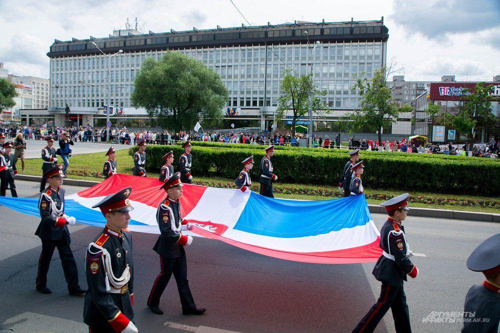 По улице Ленина торжественно пронесли флаг Пермского края
