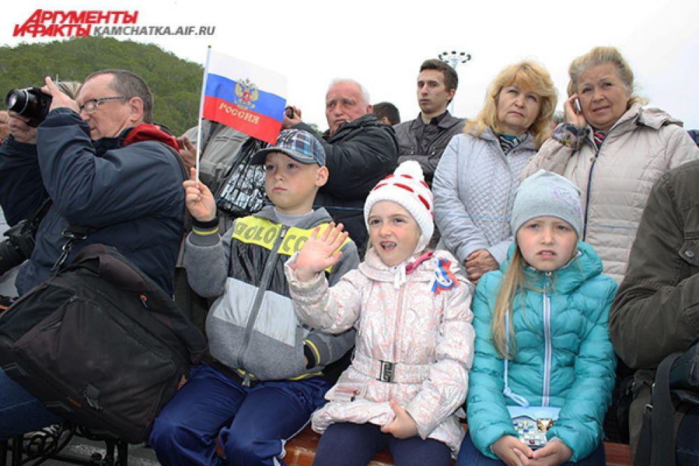 Было пасмурно, но многие жители города пришли посмотреть праздничный концерт.