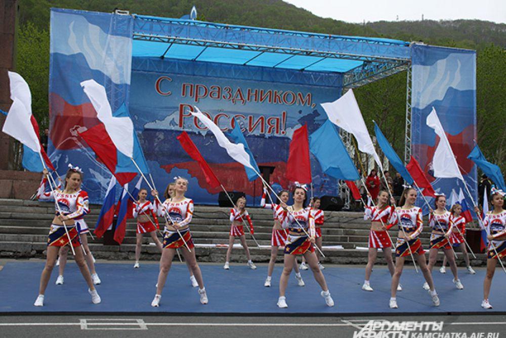 На городской площади в 12.00 началось торжественное мероприятие под названием «В единстве наша сила!».