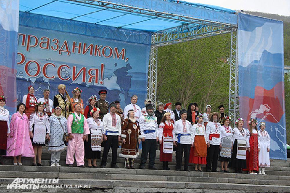 Творческие коллективы исполнили песни, посвященные России.
